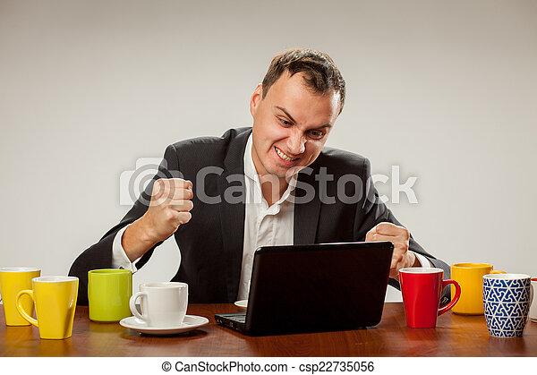 Un joven en la computadora - csp22735056