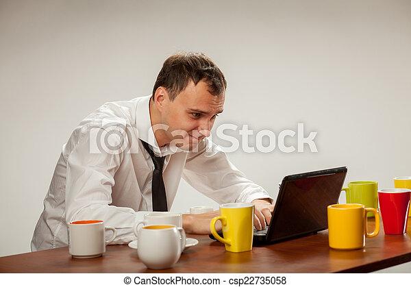 Un joven en la computadora - csp22735058