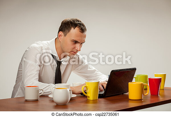 Un joven en la computadora - csp22735061