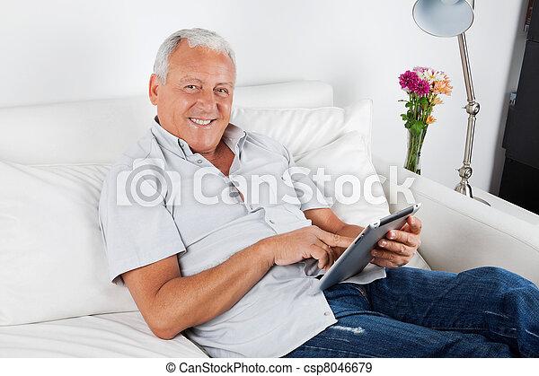 computadora personal tableta, digital, utilizar, hombre mayor - csp8046679