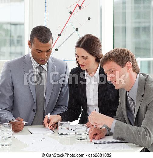 Gente de negocios concentrada estudiando el informe de ventas - csp2881082
