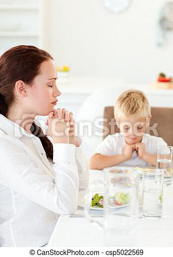 concentrado, filho, almoço, mãe, durante, orando - csp5022569