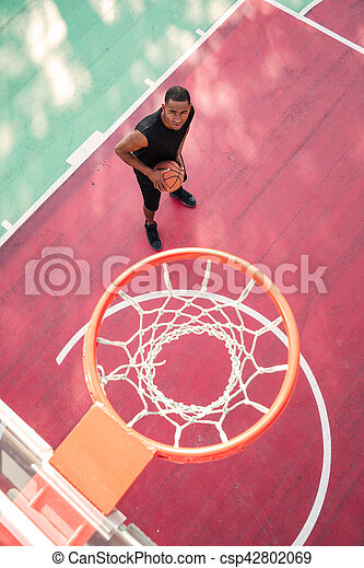 Jugador de baloncesto africano concentrado - csp42802069
