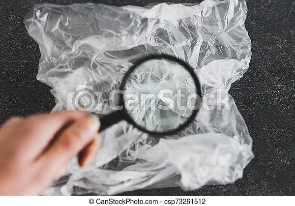 concept, achats, verre, single-use, sur, matériel, jetable, sac plastique, analyser, magnifier, pollution - csp73261512