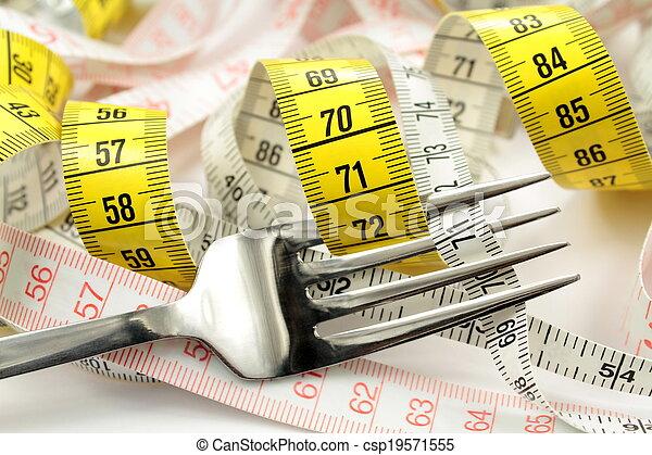Varias cintas de medida y tenedor. Un concepto de dieta. - csp19571555