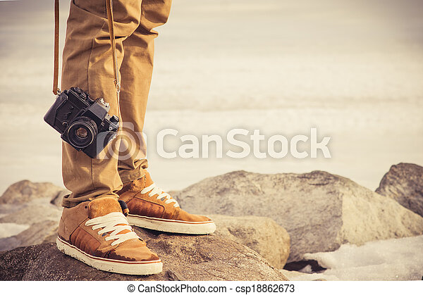 concept, style de vie, photo, voyage, pieds, extérieur, vacances, vendange, homme, appareil photo, retro - csp18862673