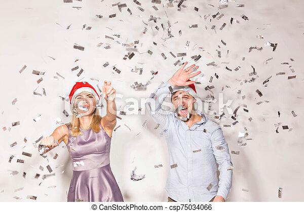 concepto, año, joven, blanco, confeti, regado, gente, fondo., navidad, nuevo, -, alegre, fiesta - csp75034066