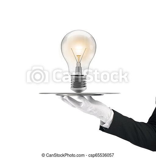 Camarero que sostiene una bandeja con una bombilla. Concepto una gran idea - csp65536057