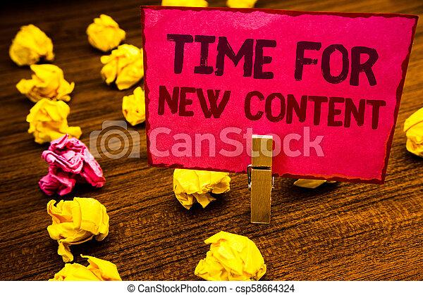 Escribir mano conceptual muestra tiempo para un nuevo contenido. Foto de negocios que muestra los derechos de publicación de los derechos de autor el concepto de publicación de clip volver a entrenar tarjeta rosa con letras de suelo de madera jorobado. - csp58664324