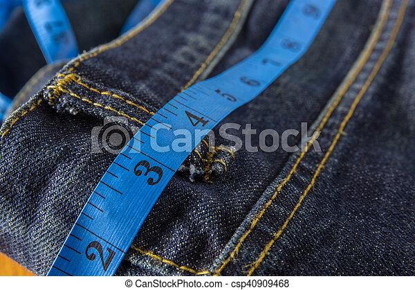 Concepto de dieta, jeans con cinta adhesiva - csp40909468