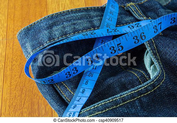 Concepto de dieta, jeans con cinta adhesiva - csp40909517