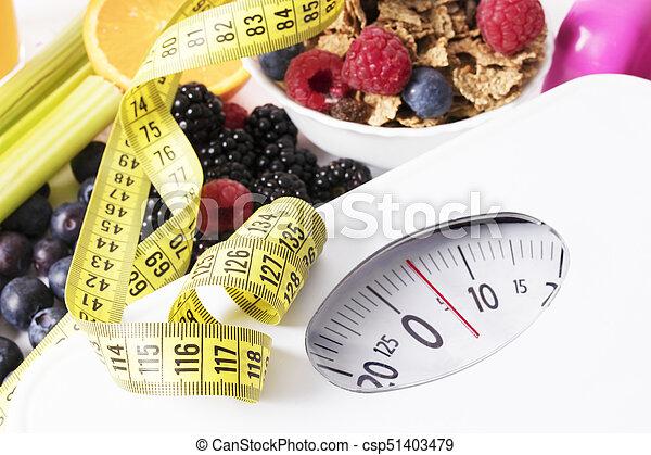 Medida de cinta con escala, fruta y cereal, concepto de dieta - csp51403479