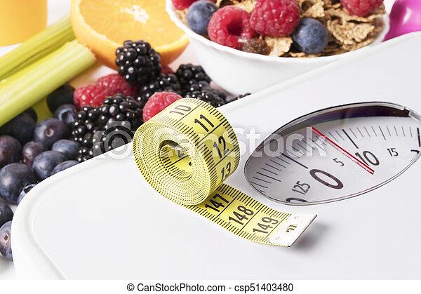 Medida de cinta con escala, fruta y cereal, concepto de dieta - csp51403480