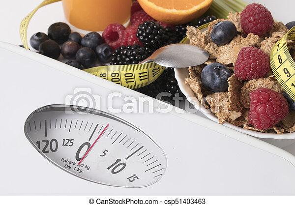 Escama con fruta y cinta métrica, concepto de dieta - csp51403463