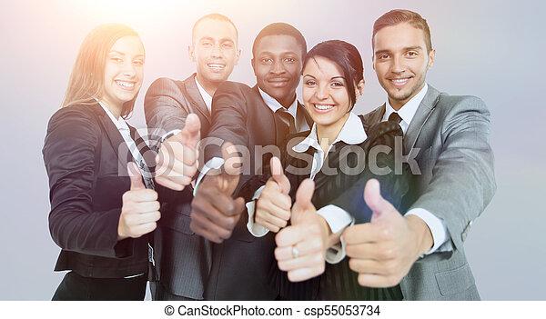Éxito y concepto ganador: feliz equipo de negocios mostrando pulgares - csp55053734