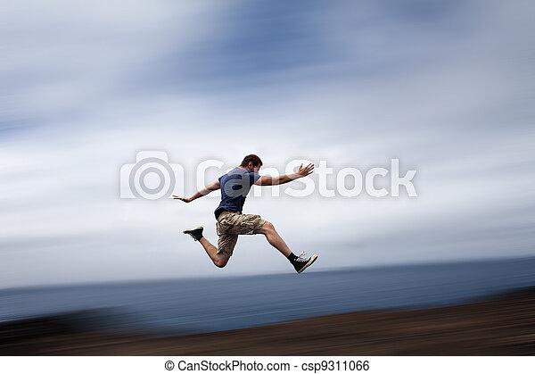 El concepto de deportes y energía, el hombre corriendo rápido - csp9311066
