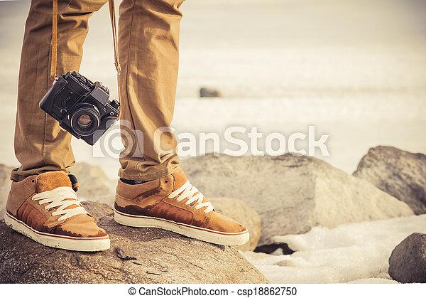 El hombre de los pies y la cámara retro de fotos clásica al aire libre concepto de vacaciones al estilo de vida al aire libre - csp18862750