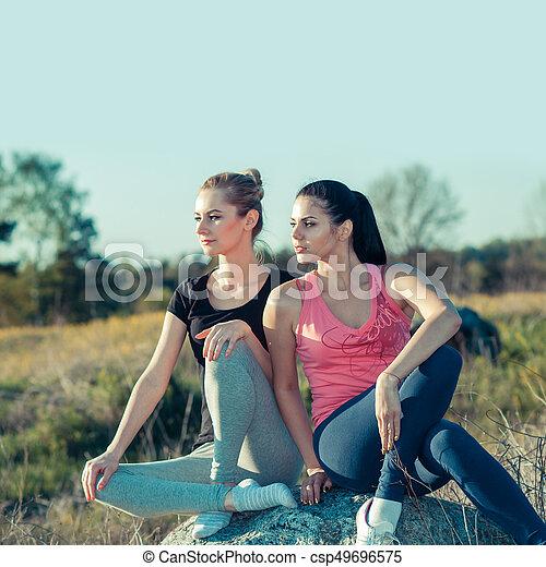 Chicas románticas haciendo ejercicio al aire libre. Concepto un estilo de vida saludable - csp49696575