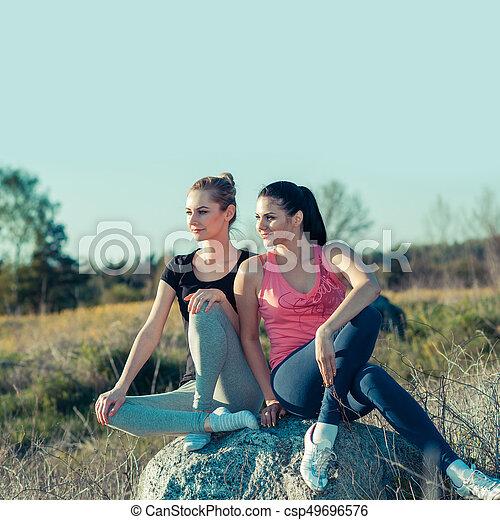 Chicas románticas haciendo ejercicio al aire libre. Concepto un estilo de vida saludable - csp49696576
