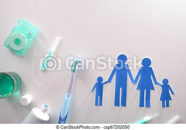 Concepto la higiene dental de la familia con herramientas en la mesa blanca - csp67202050