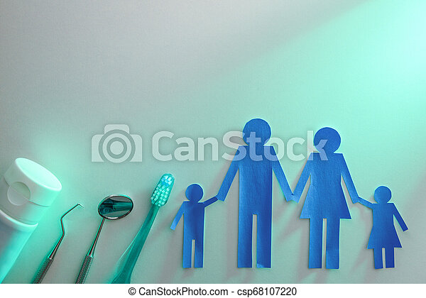 El concepto de salud dental familiar con herramientas en la mesa de luz verde - csp68107220