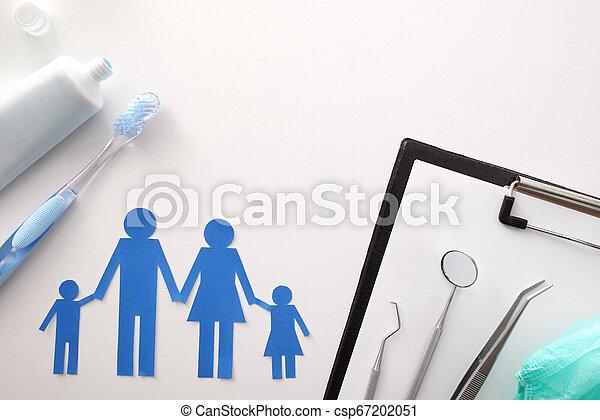 Concepto el seguro dental de la familia en la mesa blanca - csp67202051