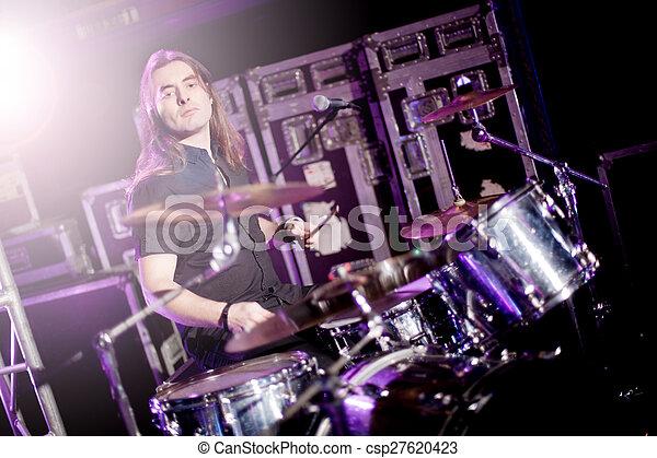 Hombre tocando la batería en vivo. Concepto música en vivo - csp27620423