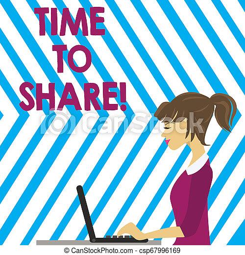 Hora de escribir palabras para compartir. El concepto de negocios para cuando te quedas con amigos familiares compartiendo preciosos momentos foto de Young Busy Woman Sitting Side View y trabajando en su portátil. - csp67996169