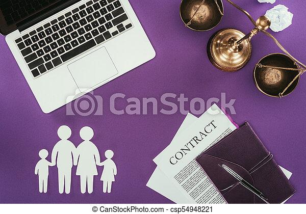 La mejor vista del trabajo de negocios con el concepto de seguro familiar en superficie púrpura - csp54948221