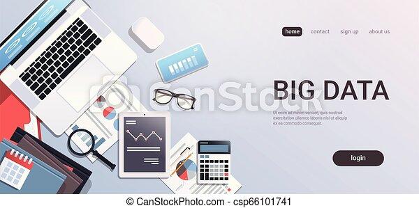 El gran concepto de escritorio de trabajo de oficina con material de primera vista de tablet portátil documentos de papel de computadora informan de gráficos financieros espacio de copia horizontal - csp66101741