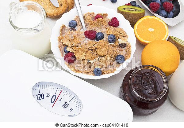 Escama con comida saludable, concepto de dieta y perder peso - csp64101410