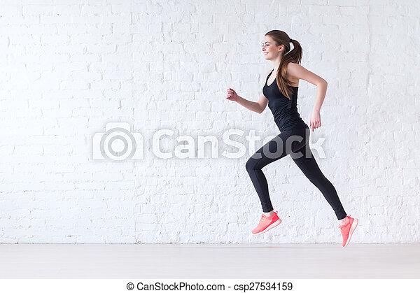 Vista lateral de la joven corredora deportiva activa atleta corredora con el concepto de copia del deporte de la salud de la salud de la salud, pérdida de peso el entrenamiento de ejercicio de ejercicios de cardio - csp27534159