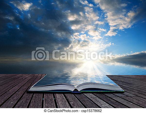Páginas conceptuales creativas del libro Stunning paisaje al atardecer reflejado en el océano - csp15378662