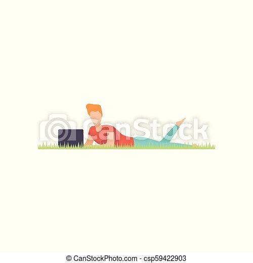 Un joven tirado en el césped con portátil, trabajando a distancia, vector de concepto independiente de ilustración en un fondo blanco - csp59422903