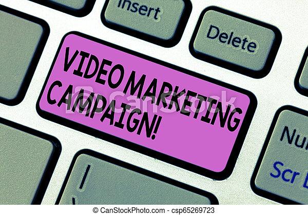 Escribiendo textos escribiendo una campaña de marketing de video. Concept significa Evaluar el beneficio de la campaña digital de la clave de teclado para crear un mensaje de computadora presionando la idea del teclado. - csp65269723