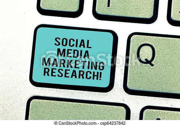 Escribir textos de texto investigación de marketing de redes sociales. El concepto de negocio de website buscando en internet la optimización de la llave de teclado para crear un mensaje de computadora presionando la idea del teclado. - csp64237842