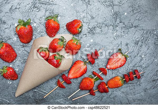 concetto, cima legno, sparso, spiedi, affettato, carta, cono, fragole fresche, bacche, intero, rosso, vista - csp48622521