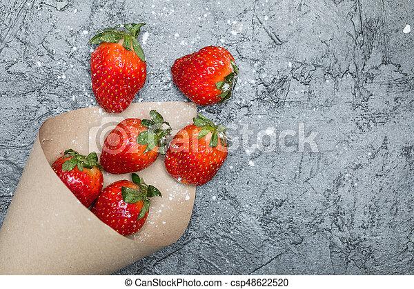 concetto, cima, sparso, tabletop, carta, nero, cono, fragole fresche, bacche, rosso, vista - csp48622520