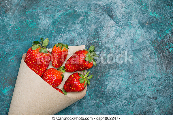 concetto, cima, sparso, tabletop, carta, nero, cono, fragole fresche, bacche, rosso, vista - csp48622477