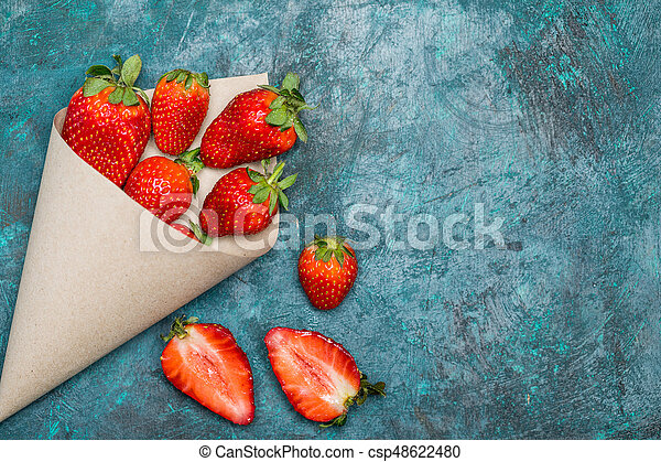 concetto, cima, sparso, tabletop, carta, nero, cono, fragole fresche, bacche, rosso, vista - csp48622480