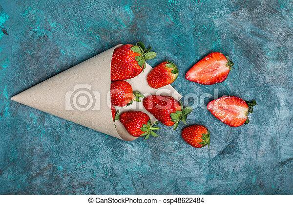 concetto, cima, sparso, tabletop, carta, nero, cono, fragole fresche, bacche, rosso, vista - csp48622484