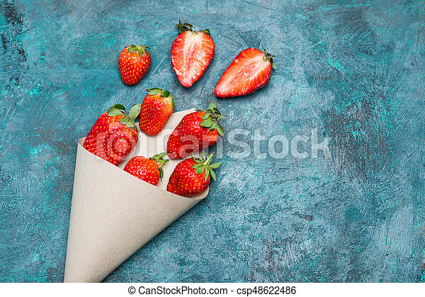concetto, cima, sparso, tabletop, carta, nero, cono, fragole fresche, bacche, rosso, vista - csp48622486