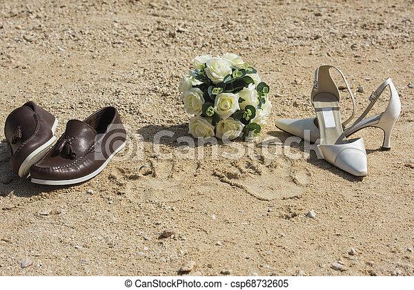 concetto, scarpe, anelli, sabbia, matrimonio, spiaggia - csp68732605