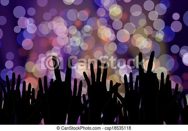 Luces festivas y la gente da el concierto de música nocturna - csp18535118