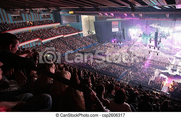 Gente en concierto - csp2606317