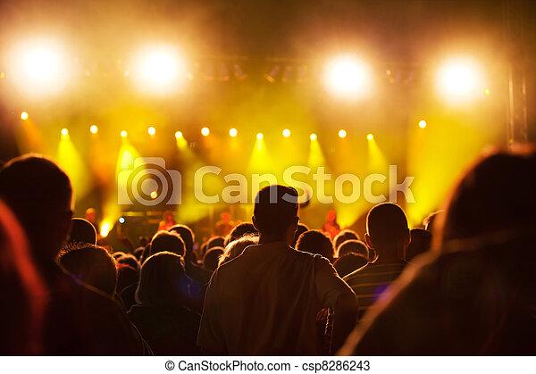 Gente en un concierto de música - csp8286243