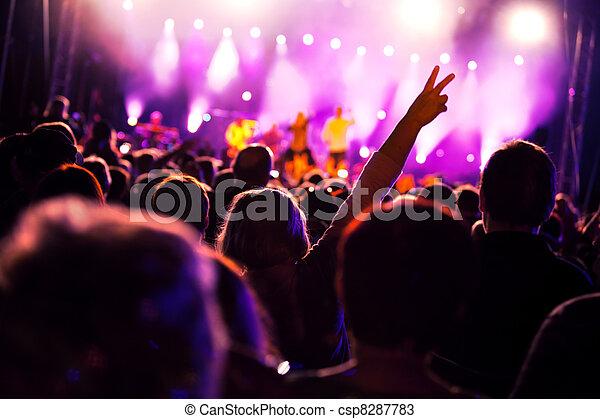 Gente en conciertos de música - csp8287783