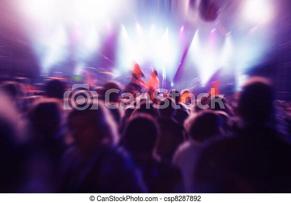 Gente en un concierto de música - csp8287892