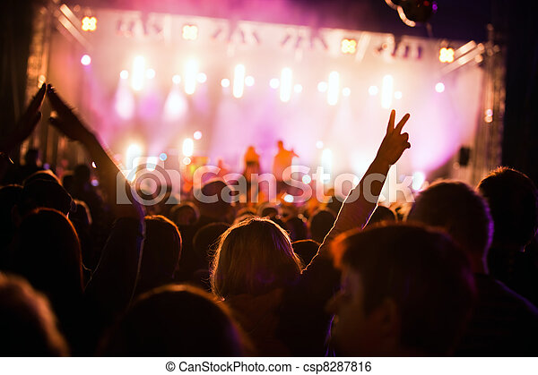 Gente en un concierto de música - csp8287816