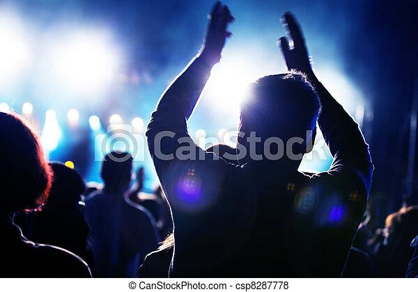 Gente en un concierto de música - csp8287778